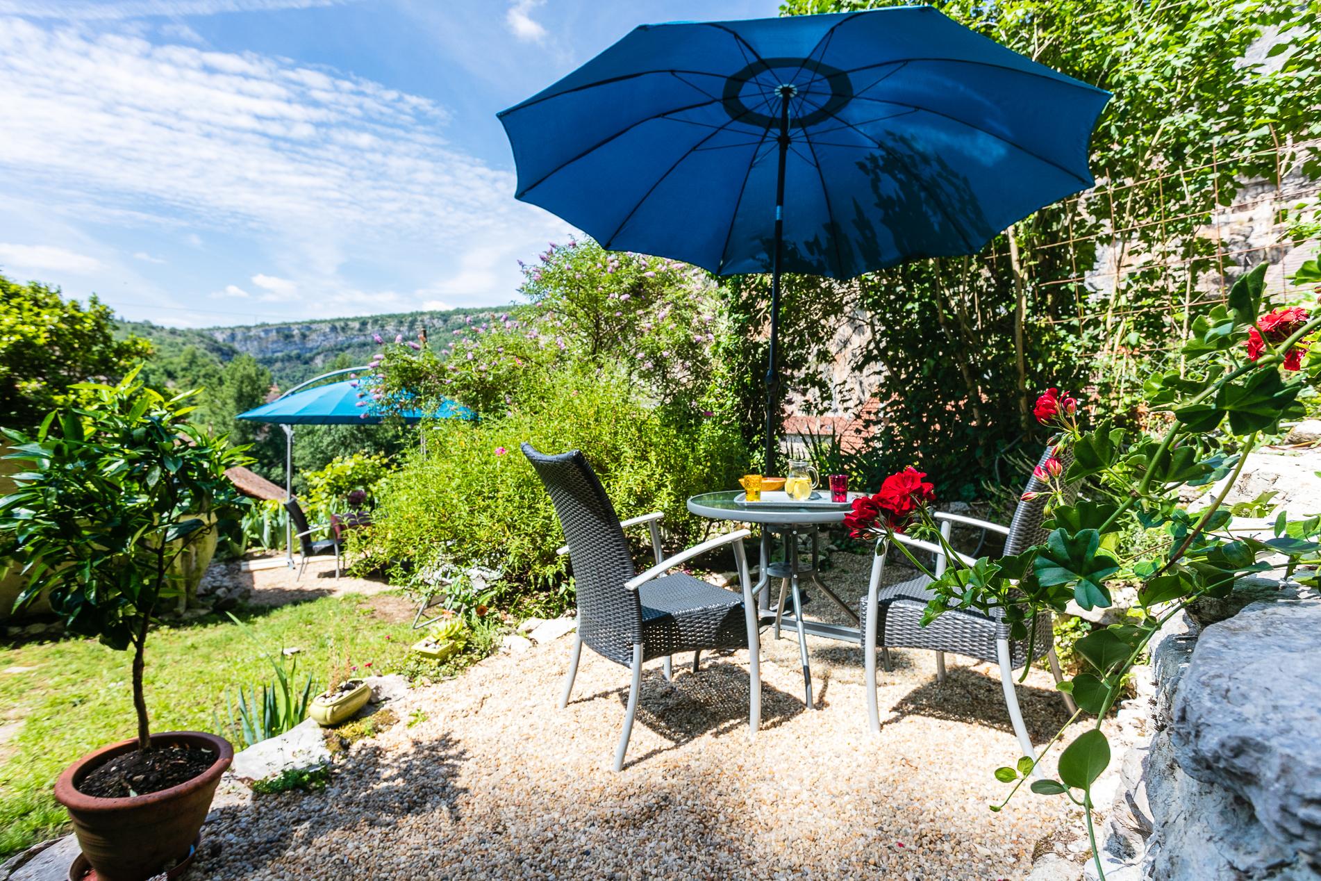 Terrasse réservée appartement QUERCY - Location vacances gîte à Cabrerets Un Jardin dans la Falaise
