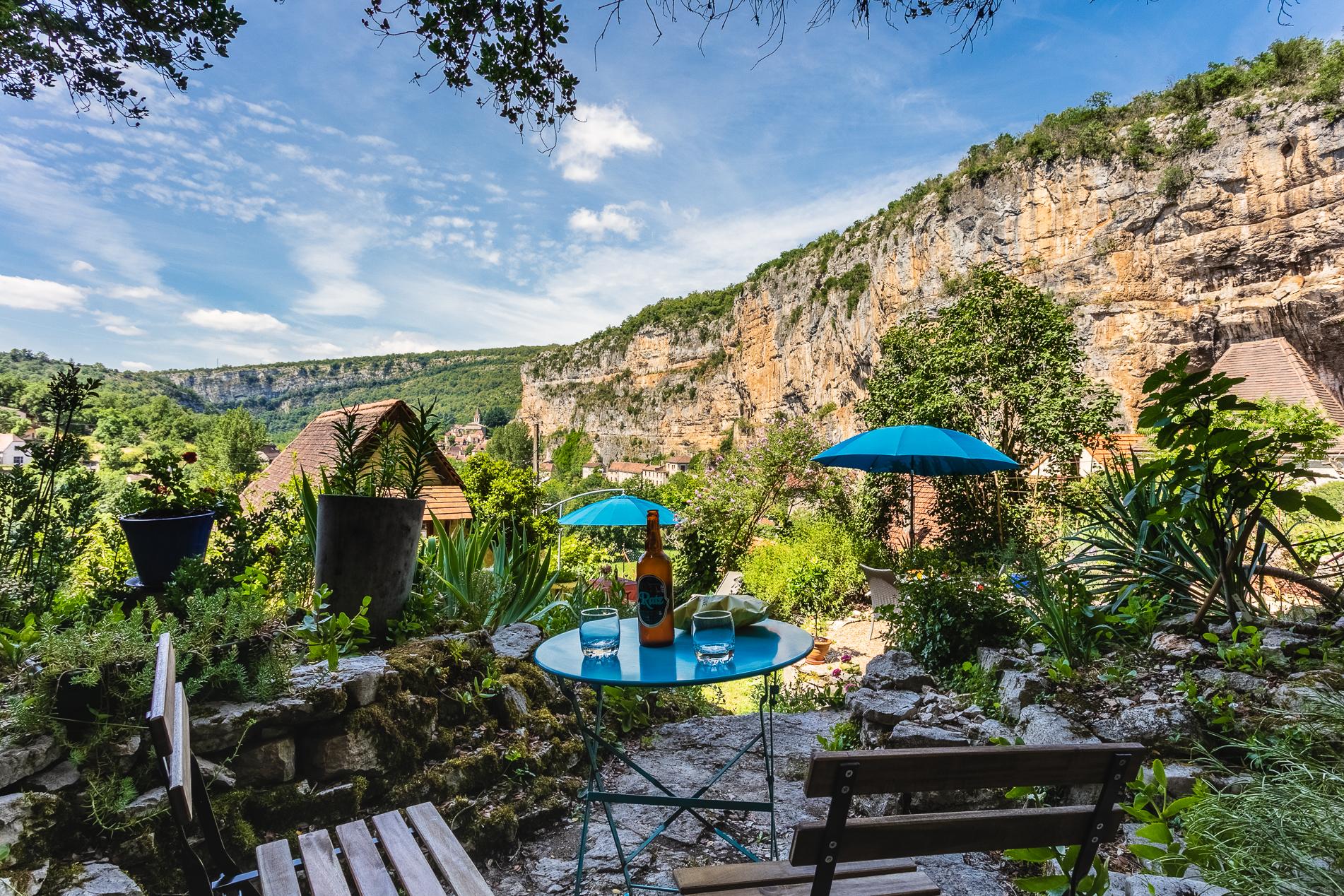 Terrasse réservée à la chambre équipée CELE - Gîte location vacances à Cabrerets - Un Jardin dans la Falaise