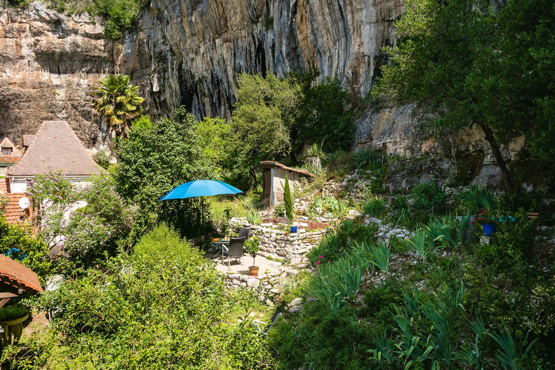 Terrasse réservée de l'appartement QUERCY - Location vacances gîte à Cabrerets Un Jardin dans la Falaise